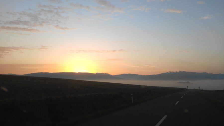 Moje ráno začíná cestou z Linhartic do Boskovic, kam jsem byl objednán na servis auta. Cesta je kopcovitá, na vrcholcích se kochám bílými jezery pode mnou, do kterých hned vzápětí zamířím.