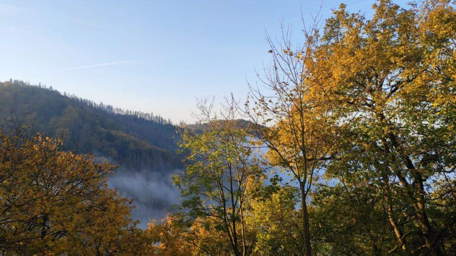 Pohled od boskovického hradu směrem na jih. Mlha se líně převaluje údolím.